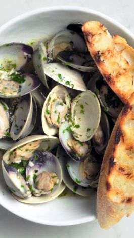 clams garlic bread